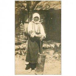 carte postale ancienne BULGARIE. Rare une Paysane batteuse de Mil. Photo carte postale. Métiers de la Campagne