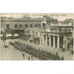 carte postale ancienne MALTE. Malta Palace Square Valetta avec la Garde pour le Salut aux Couleurs