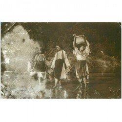 carte postale ancienne ROUMANIE. Porteuses d'eau 1911. La fumée blanche est dûe au cliché original...