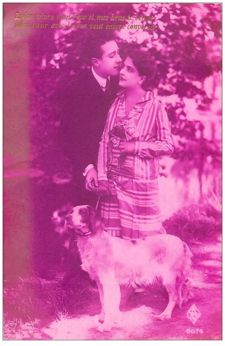 carte postale ancienne COUPLE. Jeunes Amoureux avec Chien