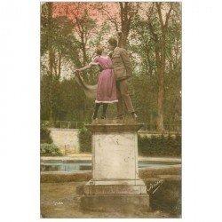 carte postale ancienne Couples d'Amoureux sur un Socle au Jardin par Irisa