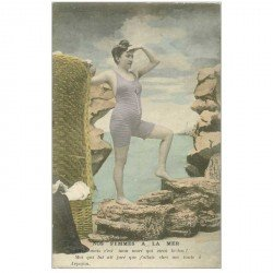 carte postale ancienne FEMME EN COSTUME DE BAIN D'AUTREFOIS. A la Mer