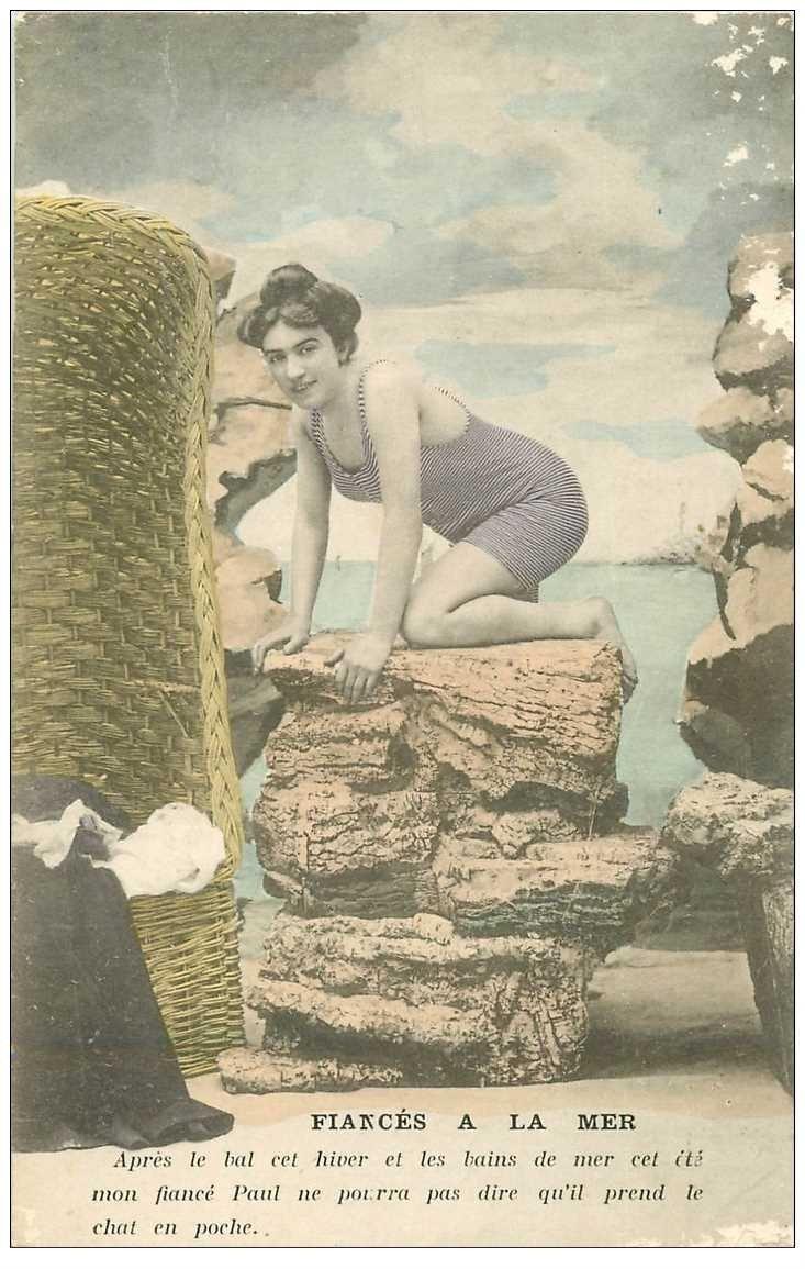 carte postale ancienne FEMME EN COSTUME DE BAIN D'AUTREFOIS. Fiances à la Mer. qq blanncs à droite