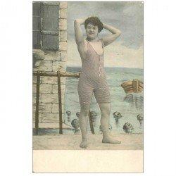 carte postale ancienne FEMME EN COSTUME DE BAIN D'AUTREFOIS. La détente langoureuse...