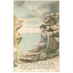carte postale ancienne FEMME EN COSTUME DE BAIN D'AUTREFOIS. Les Amateurs à la Plage. Bord inférieur rogné...