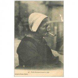 carte postale ancienne FOLKLORE. Campagnes et Provinces. Vieille Bretonne fumant sa pipe 1916 tampon Chemin de Fer