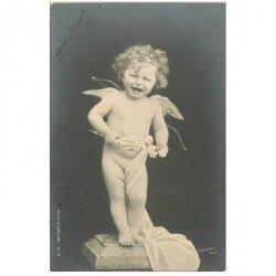 carte postale ancienne ENFANTS. Bébé Angelot pleurant sur son socle avec Arc et flêche 1904