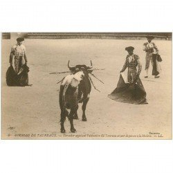 carte postale ancienne CORRIDA. Selecta Courses de Taureaux. Toreador appelant l'attention du Taureau avec Muleta