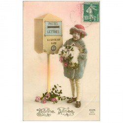 carte postale ancienne ENFANTS. Fillette et boîte aux lettres 1924 craquelure coin droit