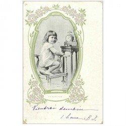 carte postale ancienne ENFANTS. Fillette et horloge 1905. Publicité Chapellerie à Paris
