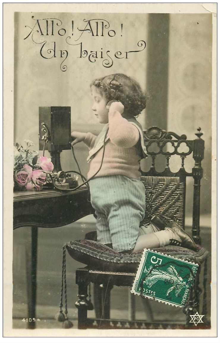 carte postale ancienne ENFANTS. Fillette et vieux téléphone en ébonite