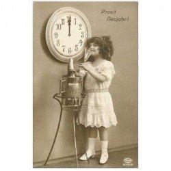 carte postale ancienne ENFANTS. La Bonne Année 1943 Fillette, Champagne et horloge de Brême