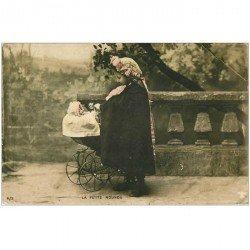 carte postale ancienne ENFANTS. La Petite Nounou Fillette et Poupée dans sa poussette vers 1917