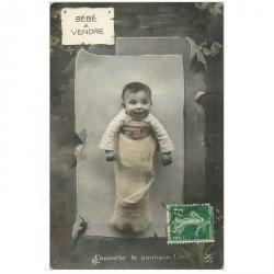 carte postale ancienne ENFANTS. Bébé accroché à un arbre à vendre 1913