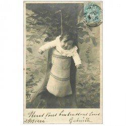 carte postale ancienne ENFANTS. Bébé accroché à un arbre. Gabrielle 1906