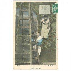 carte postale ancienne ENFANTS. Bébé accroché à vendre 1909