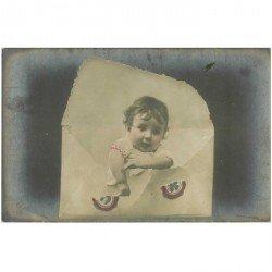 carte postale ancienne ENFANTS. Bébé sortant d'une enveloppe 1906