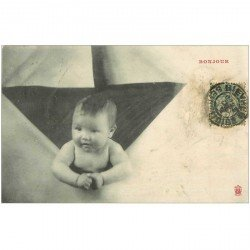 carte postale ancienne ENFANTS. Bébé sortant d'une enveloppe avec le Bonjour 1906