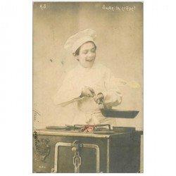 carte postale ancienne ENFANTS. Jeune Cuisinier et saute la crêpe 1903