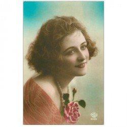 carte postale ancienne FANTAISIE. Superbe Femme avec Rose. Edition David
