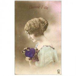 carte postale ancienne FEMMES. Bonne Fête ave coeur en tissu velour1925. Timbres arrachés au verso