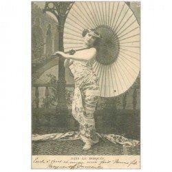carte postale ancienne FEMMES. Dans la Mosquée avec grand parasol 1904