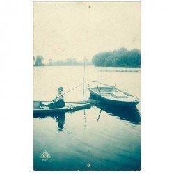carte postale ancienne FEMMES. Une Pêcheuse sur barque 1922