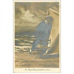 carte postale ancienne HOMMES. Un voyeur avec un superbe point de vue sur une cabine de Plage 1906