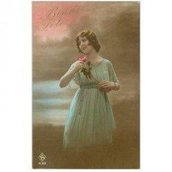carte postale ancienne SUPERBE FEMME. En robe vaporeuse pour une Bonne Fête