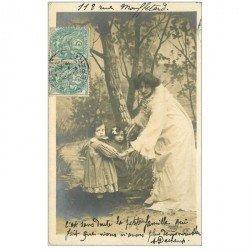 carte postale ancienne SUPERBE FEMME. Et ses Fillettes dans un Bois 1904
