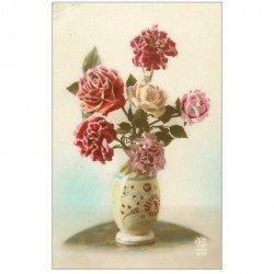 carte postale ancienne FLEURS. Bouquet de Roses et Oeillets avec vase 1923