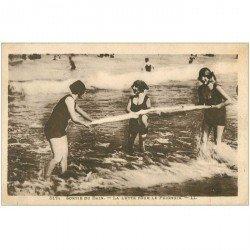 carte postale ancienne LA MODE. La Lutte pour le Peignoir en maillots de bains une pièce