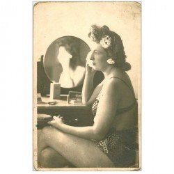 carte postale ancienne Photo dimension Cpa. Superbe Femme à moitié nue et en sous-vêtements en train de se repoudrer.