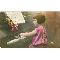 carte postale ancienne MUSIQUE ET MUSICIENS. La Pianiste 1930 et partition