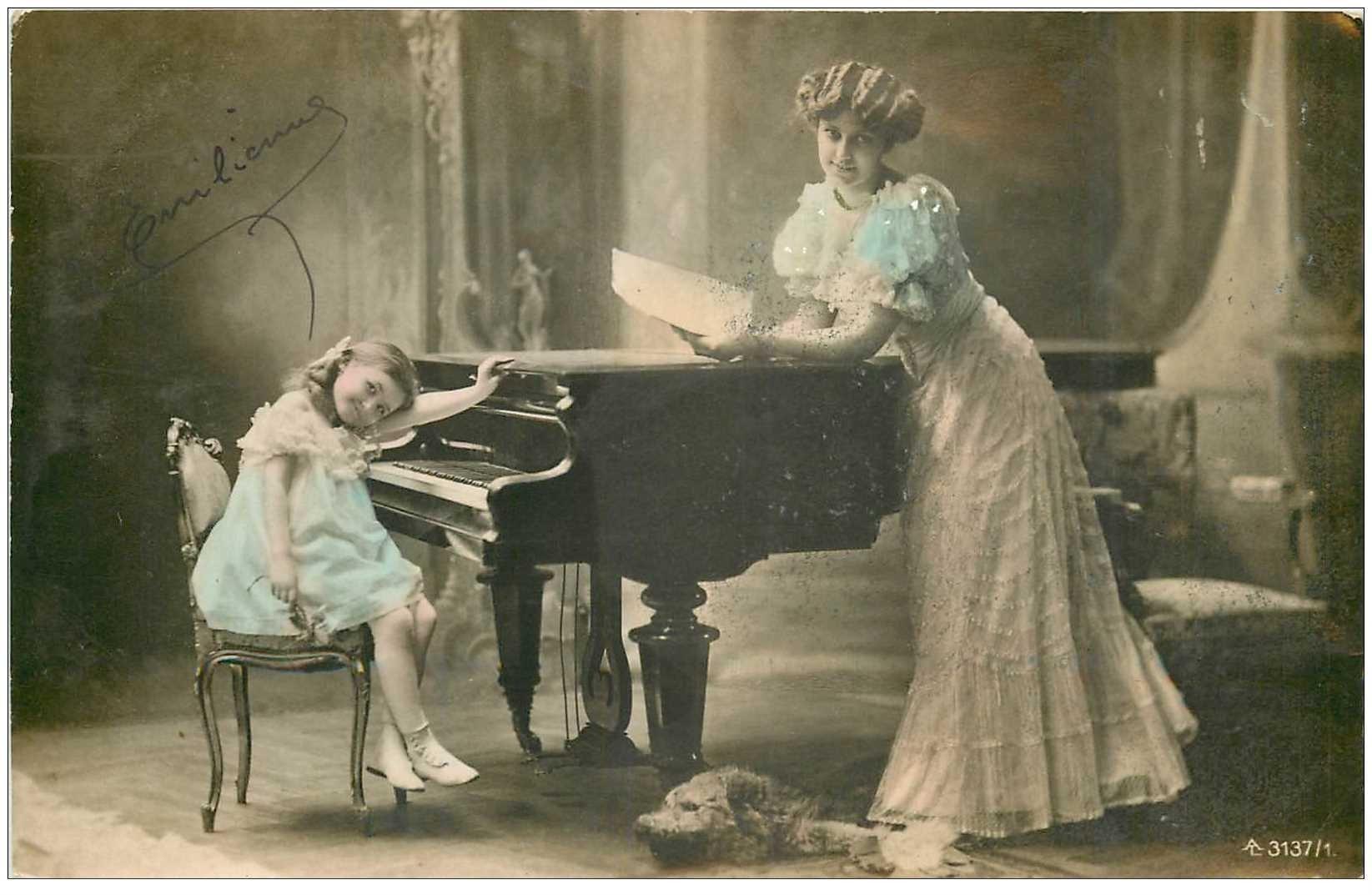carte postale ancienne MUSIQUE ET MUSICIENS. La Pianiste Emilienne et sa mère accoudée au Piano