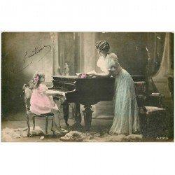 carte postale ancienne MUSIQUE ET MUSICIENS. La Pianiste Emilienne et sa mère debout