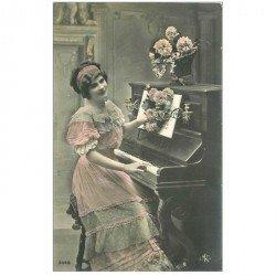carte postale ancienne MUSIQUE ET MUSICIENS. La Pianiste Robe et Fleurs rosées