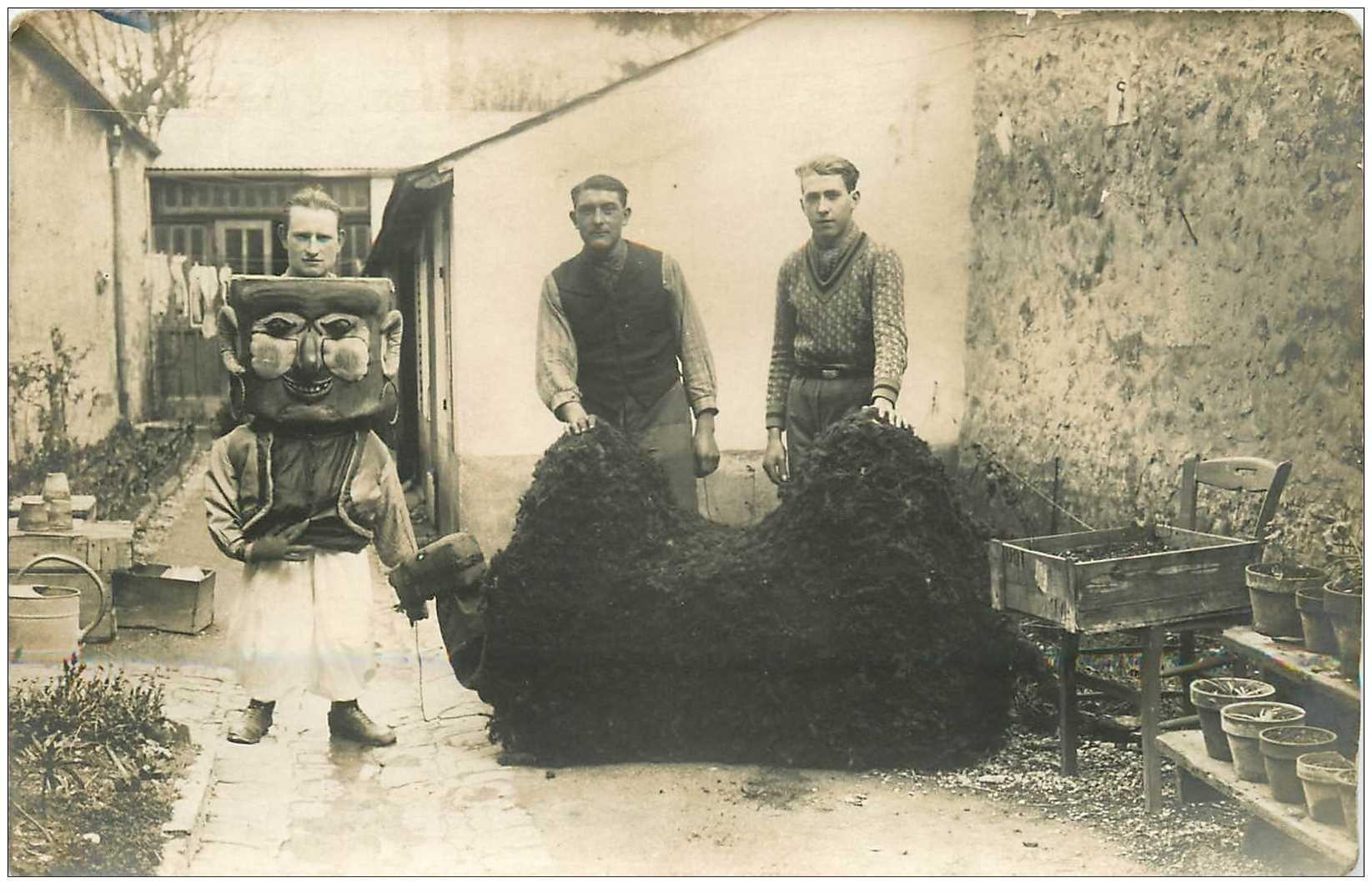 carte postale ancienne SPECTACLE CARNAVAL. Groupe façonnant des animaux sûrement pour Carnaval ou défilé. Photo carte postale