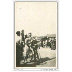 carte postale ancienne Cycliste et Cyclisme. Photo Cpsm LOUISON BOBET. Remise de Fleurs. Etape Tour de France ?...