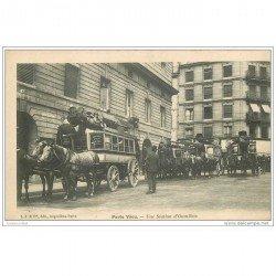 carte postale ancienne TRANSPORTS. Attelages à Impériale. Une Station d'Omnibus. Paris vécu vers 1900