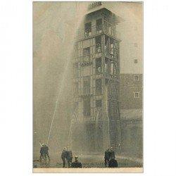 carte postale ancienne METIERS. Les Sapeurs Pompiers de Paris exercice Pompes en action sur Tour en bois enflammée