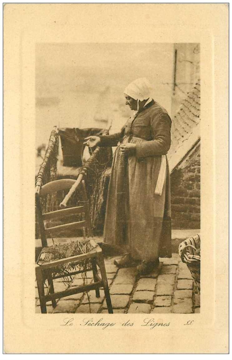 carte postale ancienne METIERS DE LA MER. Pêche et Pêcheurs. Le séchage des lignes par une Pêcheuse