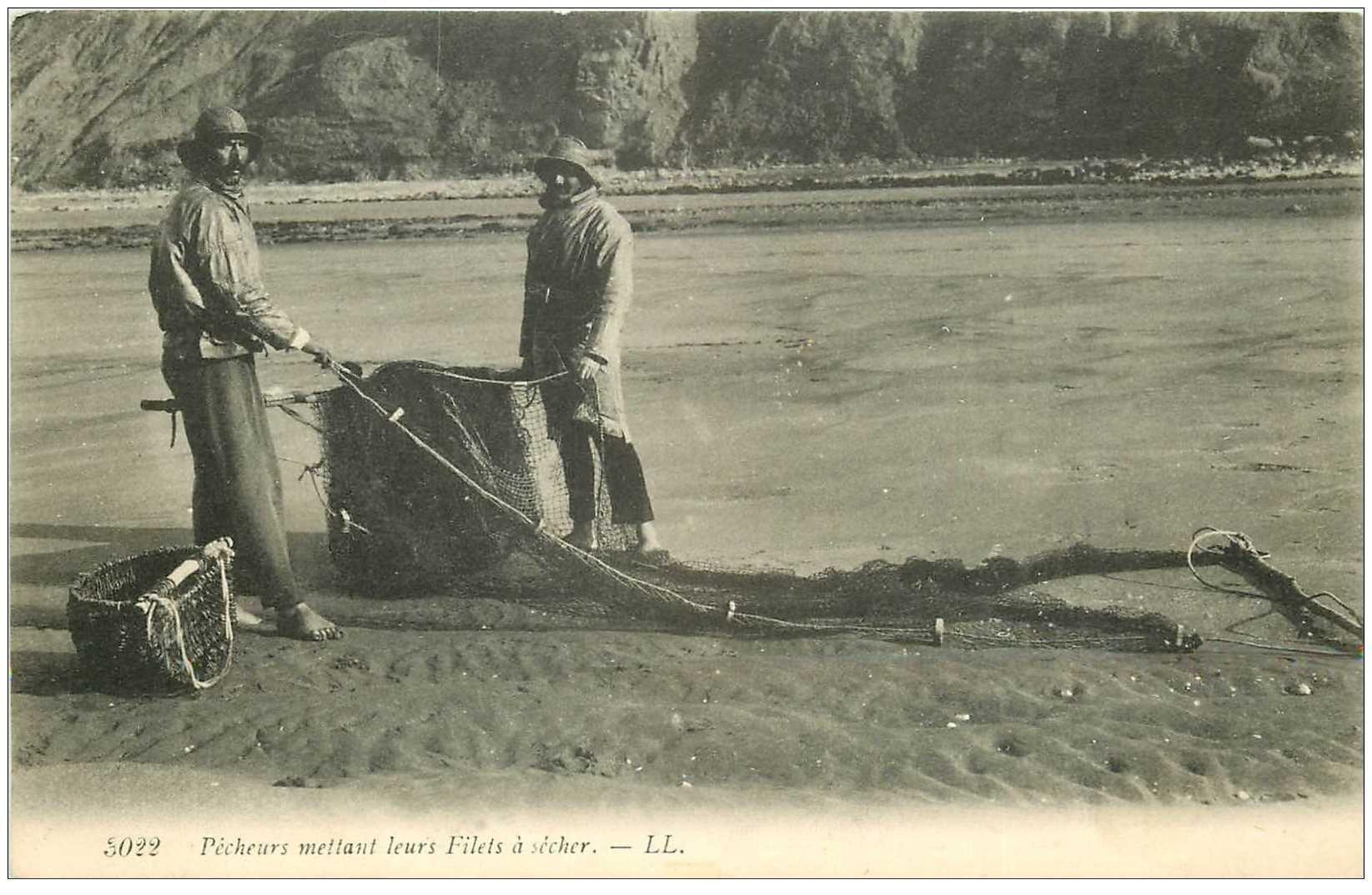 carte postale ancienne METIERS DE LA MER. Pêches et Poissons. Pêcheurs mettant leurs Filets à sécher