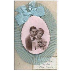 carte postale ancienne Superbe Carte à système avec Couple en photo médaillon avec noeud en tissu et crèpe. Doux baiser 1944