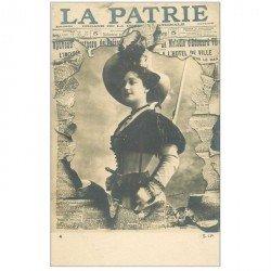 carte postale ancienne FANTAISIE. Carte montage avec éclatement du Journal La Patrie vers 1901