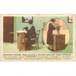 carte postale ancienne PUBLICITE SINGER. Femme découvrant une des premières machine à coudre avec son meuble