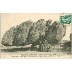 carte postale ancienne DOLMENS ET MENHIRS. 22 Pierre Sacrée des druides donnant aux Femmes stériles le bonheur d'être Mère1918