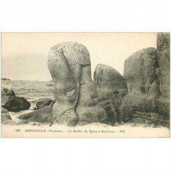 carte postale ancienne DOLMENS ET MENHIRS. 29 BRIGNOGAN. Rocher du Phinx à Kerlouan animation