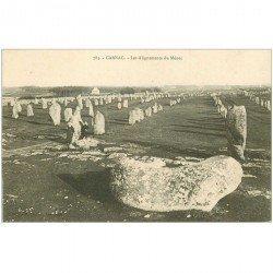 carte postale ancienne DOLMENS ET MENHIRS. 56 Carnac les Alignements du Menec personnages 785