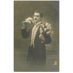 carte postale ancienne BONNE ANNEE. Fleurs et moustachu